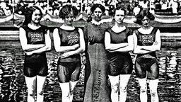 Die siegreiche englische 4x100-m- Freistil-Staffel der Damen mit ihrer Trainerin © picture-alliance / akg-images