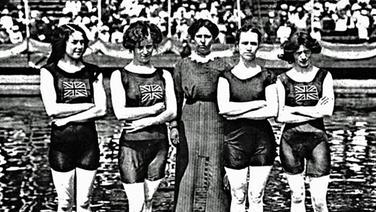 Die siegreiche englische 4 x 100-m- Freistil-Staffel der Damen mit ihrer Trainerin. © picture-alliance / akg-images