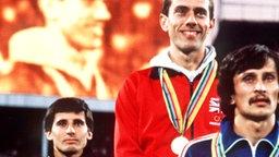 Der britische 800-m-Olympiasieger Steve Ovett (M.) bei der Siegerehrung © picture-alliance / dpa