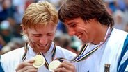 Boris Becker (l.) und Michael Stich 1992 mit Olympia-Gold © picture-alliance / Rolf Kosecki