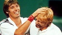 Deutschlands Tennis-Ikonen Michael Stich (l.) und Boris Becker nach ihrem Sieg im Doppel © picture-alliance / dpa