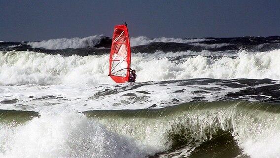 Surfer auf der Nordsee beim Weltcup auf Sylt © NDR Foto: Simone Steinhardt