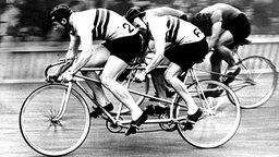 Im Tandemrennen über 2.000 m erkämpfen die Briten Reginald Harris und Alan Bannister die Silbermedaille. © picture-alliance / dpa