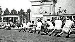 1920 letztmals olympische Disziplin: Tauziehen. © Getty Images