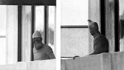 Zwei der Terroristen während der Olympischen Sommerspiele in München zeigen sich vermummt auf einem Balkon. © picture-alliance / dpa