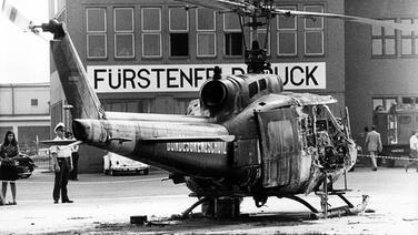 Auf dem Militärflughafen Fürstenfeldbruck steht am 06.09.1972 das Wrack eines Hubschraubers vom Bundesgrenzschutz. © picture-alliance / dpa