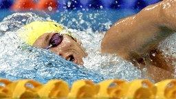 Der Australier Ian Thorpe schwimmt in Sydney als Vorlaufschnellster einen neuen olympischen Rekord. © picture-alliance / dpa