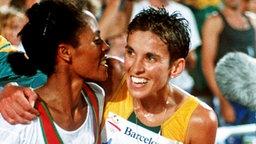 Freude bei 10.000-m-Goldmedaillengewinnerin Derartu Tulu (l.) aus Äthiopien und der Südafrikanerin Elana Meyer © picture-alliance / dpa