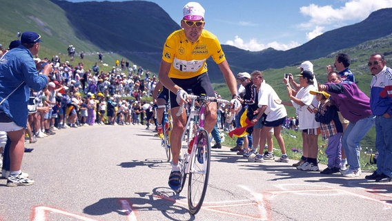 Jan Ullrich führt bei der Tour de France 1997 das Fahrerfeld im Gelben Trikot an. © imago sportfotodienst