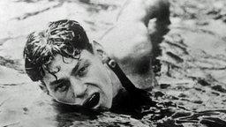 Der amerikanische Schwimmer Johnny Weissmüller hat in Paris das Finale über 400 Meter gewonnen. © ullstein bild