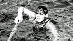 Der amerikanische Schwimmer Johnny Weissmüller hat in Paris das Finale über 400 Meter gewonnen. © picture-alliance / dpa