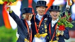 Die Dressur Mannschaftsolympiasieger Nadine Capellmann, Heike Kemmer und Isabell Werth (v.l.) © dpa-Bildfunk Foto: Jochen Luebke
