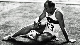 """Szene aus dem Film """"Olympiade Tokio"""" : Der Zehnkämpfer und Olympiasieger Willi Holdorf am Boden. - 1964 Regie : Kon Ichikawa © ullstein bild - ullstein bild"""