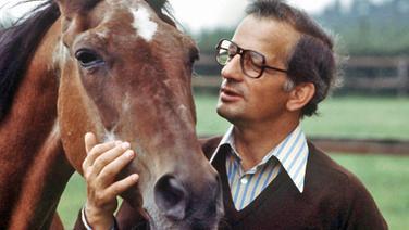 Das Archivbild aus dem Jahr 1975 zeigt den mehrfachen Weltmeister und Olympiasieger im Springreiten, Hans Günter Winkler, mit seinem legendären Pferd Halla. © picture-alliance / dpa
