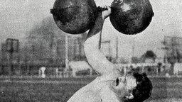 Der Silbermedaillengewinner von 1904 im einarmigen Gewichtheben, Frederick Winters (USA) © picture alliance / united archives