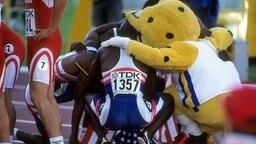 Die 4x400 m US-Staffel nach ihrem Sieg mit WM-Maskottchen Kalo © Sven Simon/imago Foto: Sven Simon