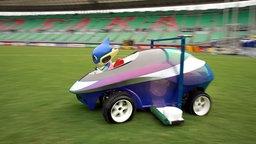 WM-Maskottchen Traffie sitzt im ferngesteuerten Fahrzeug © picture-alliance/ dpa Foto: Gero Breloer