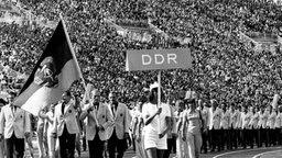 Fahnenträger der DDR-Mannschaft ist der Boxer Manfred Wolke. © picture-alliance / dpa