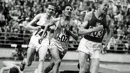 """Die """"tschechische Lokomotive"""" Emil Zatopek (r) gewinnt in Helsinki den 5.000-Meter-Lauf in 14:06,6 min. © ullstein bild - TopFoto"""