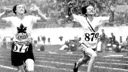 Betty Robinson (USA/r.) gewinnt die 100 m vor de Kanadierin Fanny Rosenfeld. © picture-alliance/ dpa