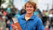 Alexander Zverev mit dem Münchner Pokal © dpa Photo: Angelika Warmuth