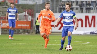 Thilo Leugers (Meppen) gegen Marvin Pourie (Karlsruhe, l.)