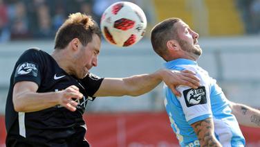Steffen Puttkammer (SV Meppen, l.) im Kopfballduell mit Sascha Mölders (TSV 1860).