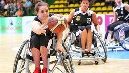 Rollstuhlbasketballerin Maya Lindholm (l.)