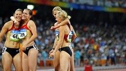 Anne Möllinger, Verena Sailer, Marion Wagner und Cathleen Tschirch (v.l.) erreichen den fünften Platz bei der Staffel der Frauen über 4x100 m bei Olympia 2008 in Peking. © picture alliance / Fotoagentur Kunz Foto: Kerim Okten