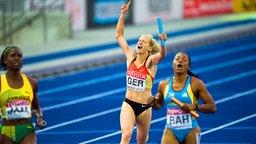 Verena Sailer (M.) holt mit der Staffel der Frauen über 4x100 m Bronze bei der Leichtathletik-WM 2009 in Berlin. © picture-alliance / Sven Simon Foto: Anke Fleig / SVEN SIMON
