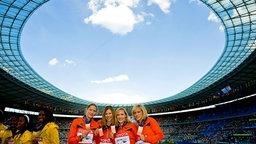 Marion Wagner, Anne Möllinger, Cathleen Tschirch und Verena Sailer (v.l.) holen Bronze mit der Staffel der Frauen über 4x100 m bei der Leichtathletik-WM 2009 in Berlin. © picture-alliance / Sven Simon Foto: Anke Fleig / SVEN SIMON
