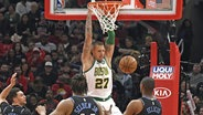 Basketballer Daniel Theis von den Boston Celtics bei einem Dunk. © picture alliance / AP Images Foto: David Banks