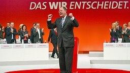 Peer Steinbrück ballt die Fäuste auf dem SPD-Parteitag im April 2013 in Augsburg © dpa bildfunk Fotograf: Hannibal Hanschke