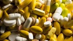 Tabletten, Kapseln und Pillen in verschiedenen Farben liegen in einem Medikamenten-Behälter © picture alliance / dpa Foto: Friso Gentsch