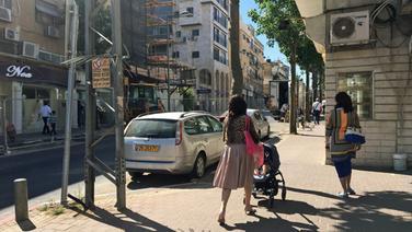 Eine Straße mit Auto und zwei Frauen in Tel Aviv. © ARD