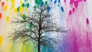 Baum ohne Blätter vor mit bunter Farbe besprühter weißer Wand © photocase.de Fotograf: birdys