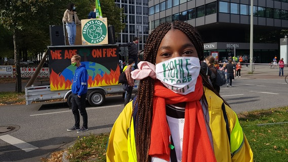 "Dalila Nouame bei einer Demonstration von ""Fridays for Future""."