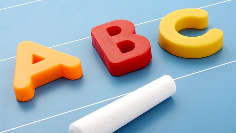 Bunte Magnetbuchstaben bilden das Wort ABC © Fotolia.com Foto: Mikko Pitkänen