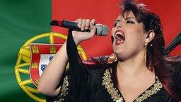 Vania Fernandes vor der Portugisischen Flagge. (Bildmontage) © Fahne: Fotolia, Quelle Künstler: WireImage Foto: Fahne: Juergen Priewe, Fotograf Künstler: Rolf Klatt