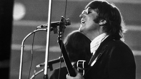 John Lennon bei einem Beatles-Konzert in Hamburg 1966 © Picture-Alliance