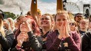Publikum feiert Neck Deep beim Hurricane-Festival in Scheeßel 2018 © NDR / Fotograf: Julian Rausche