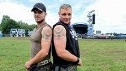 Zwei Männer mit Jägermeister-Tattoos beim Hurricane-Festival in Scheeßel 2018 © NDR / Foto: Benjamin Hüllenkremer