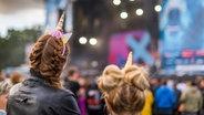 Im Publikum tragen zwei Frauen Einhorn-Haarreifen beim Hurricane-Festival in Scheeßel 2018. © NDR Fotograf: Julian Rausche