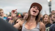 Eine junge Frau singt lauthals mit beim Hurricane-Festival in Scheeßel 2018. © NDR Fotograf: Julian Rausche
