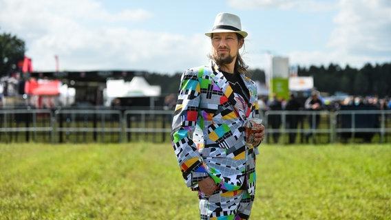 Mann mit Testbild-Anzug beim Hurricane Festival in Scheeßel 2018. © NDR Foto: Benjamin Hüllenkremer