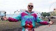 Mann mit buntem Anzug und Sonnenbrille beim Hurricane Festival in Scheeßel 2018. © NDR Fotograf: Benjamin Hüllenkremer