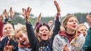 Das Publikum feiert beim Hurricane Festival 2018 in Scheeßel. © NDR Fotograf: Julian Rausche