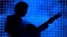 Die Sillouette des britischen Musikers Cliff Richard bei einem Konzert. © picture-alliance/ dpa Foto: Peter Steffen