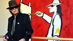 Udo Lindenberg steht im November 2010 vor einem seiner Bilder  © picture alliance / dpa Foto: Patrick Pleul