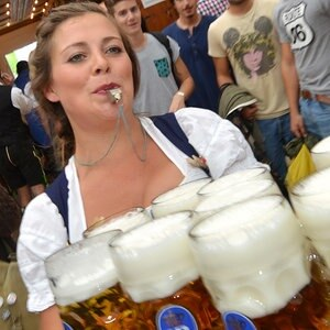 Eine Bedienung serviert auf dem Münchner Oktoberfest Bierkrüge. © Picture-Alliance / dpa Foto: Frank Leonhardt
